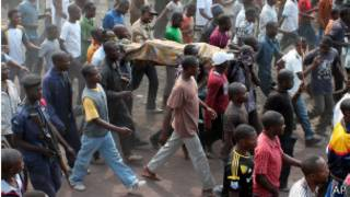 Mtu aliyekufa katika shambulio la mizinga akibebwa na kundi la watu Goma