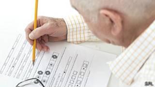 Hombre mayor haciendo una prueba de memoria