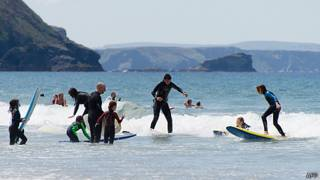Surfistas na Cornualha - Foto: AFP
