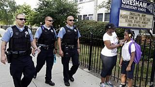 Patrulla policial en la Escuela Primaria Gresham de Chicago