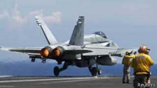 Caça F18 Hornet no porta-aviões Nimitz | Foto: Reuters
