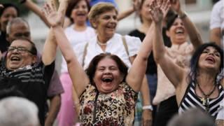 Gente acude a una terapia de risa en Caracas, Venezuela