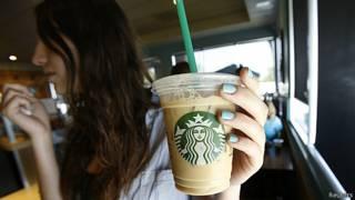 Clienta de Starbucks, en Pasadena, California