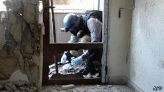 Un expert de l'Onu faisant des prélèvement de substances après l'attaque dans la région de Ghouta,à l'est de Damas.