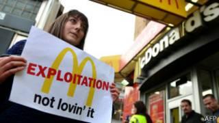 Участница забастовки около McDonald's в Нью-Йорке