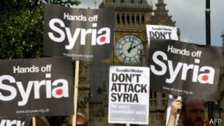Manifestantes protestam em frente ao Parlamento britânico | Foto: AFP