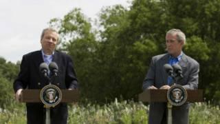 Eski NATO Genel Sekreteri Jaap de Hoop Scheffer, ABD eski Başkanı George W. Bush ile birlikte.