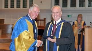 Guildhall音樂戲劇學院校長巴里•艾夫教授(右)今年5月從英國王儲查爾斯王子手中獲頒皇家音樂學院院士