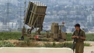 Soldado guarda bateria antiaerea em Haifa, Israel | Foto: EPA