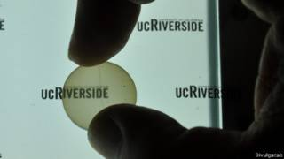 Implante transparente feito pela Universidade da Califórnia-Riverside (Foto: Divulgação)