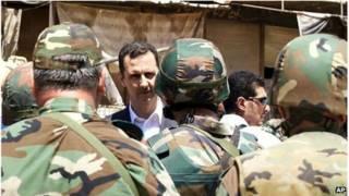 Òng Assad đi thị sát quân đội