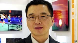於其一摄于北京某展览会上(遗孀吴茜供图2/2/2012)