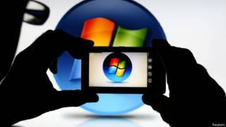 Teléfono Nokia toma foto del logo de Microsoft