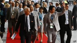 Premiê japonês Shinzo Abe chega para reunião do COI na Argentina (foto: AP)
