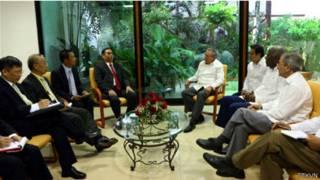 Hai ông Lê Hồng Anh và Raul Castro hội đàm