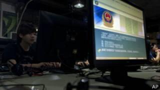 Предупреждение полиции на мониторе компьютера в Китае