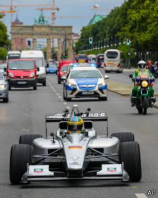 Carro de Fórmula E pilotado por Lucas di Grassi faz apresentação em Berlim