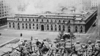 Soldados atacando La Moneda
