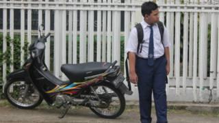 Anak dan sepeda motor