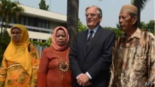 Посол Нидерландов в Индонезии и родственники жертв