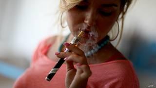 Fumadora de cigarrillo electrónico en Miami