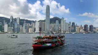 香港維多利亞灣以及穿梭於香港島和九龍之間的天星小輪。