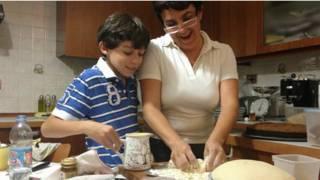 Giovanna Azi cozinha com seu filho