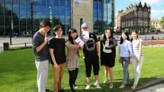 紐卡斯爾大學中國學聯新生手冊團隊,左三為學聯主席吳佩燕。