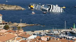 El Costa Concordia, encallado.