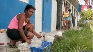 Yoanka Penda lava ropa en el albergue.