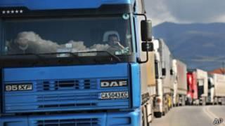 Вереница грузовиков на границе Греции и Болгарии