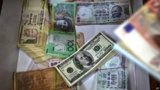 हाल के दिनों में डॉलर के मुकाबले रुपए की कीमत में बहुत गिरावट देखने को मिली है