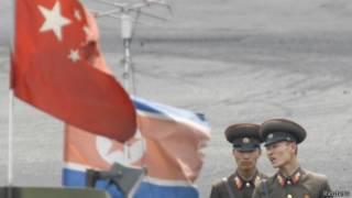 鸭绿江中朝边界的朝鲜士兵(10/06/2013)