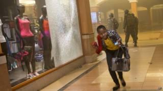 mujer escapa del Wesgate Mall de Nairibi, Kenia
