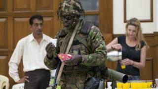 Кенийский военный во время перерыва