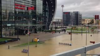 Вода вокруг здания железнодорожного вокзала Адлера
