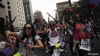 Ativistas pedem fim da violência contra a mulher (foto: Reuters)