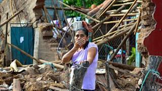 mujer entre las ruinas de su casa en Guerrero