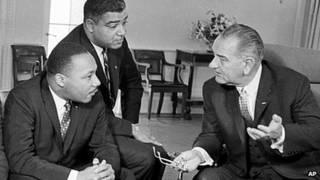 در دوران ریاست جمهوری لیندون جانسون (سمت راست)، آژانس امنیت ملی آمریکا مارتین لوترکینگ و ویتنی یانگ را زیر نظر داشت