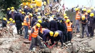 घटनास्थल पर राहत और बचाव कार्य में लगे कर्मचारी