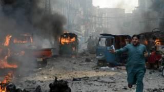پشاور کے قصہ خوانی بازار میں دھماکے کے بعد کا منظر