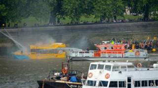 Тушение пожара на судне на Темзе
