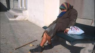 Пожилая женщина на лавке