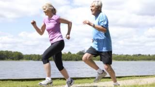 शारीरिक व्यायाम करते बुजुर्ग