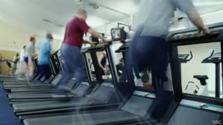 Pessoas correndo em esteiras. Foto: BBC