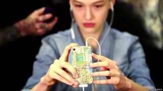 Modelo mira su teléfono inteligente