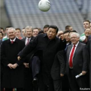 习近平在爱尔兰展现球技