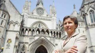 Марина Литвиненко на фоне здания Высокого суда в Лондоне (12 июля 2013 года)