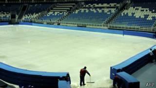 Рабочий убирает ледовую арену в Олимпийском парке в Сочи