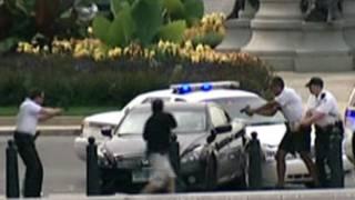 Policías tratando de detener a mujer en Washington